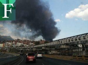 Incendio en sede del CNE habría iniciado por fuego en maleza circundante