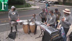 Músicos venezolanos recorren las calles de Bogotá al ritmo de la salsa