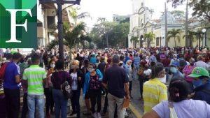 Cientos de personas se aglomeraron frente a entidades bancarias este martes