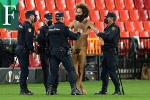 Un hombre desnudo invadió el campo en el juego entre Granada y Manchester United