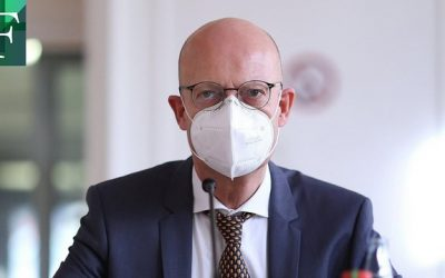 Suspenden a alcalde en Alemania por vacunarse sin ser prioritario