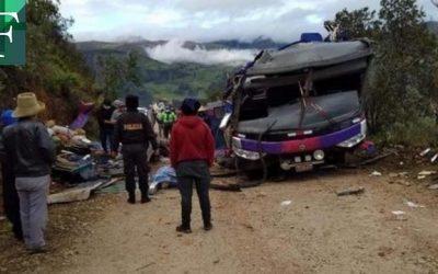 20 muertos tras volcarse un bus que trasladaba votantes en Perú
