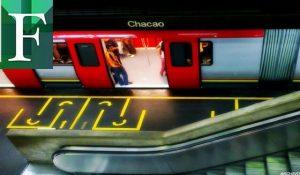 Mujer con una niña en brazos se lanzó al Metro en la estación Chacao