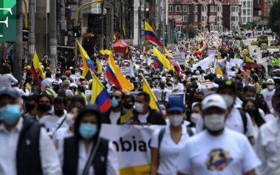 Colombianos marchan vestidos de blanco contra las protestas y los bloqueos de ruta